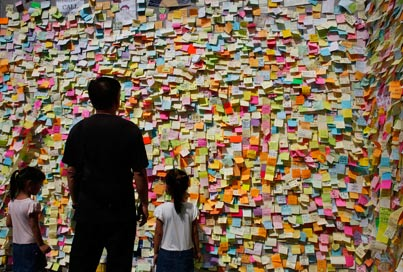 מסביב לגלובוס - קיר המחאה / צילום: רויטרס