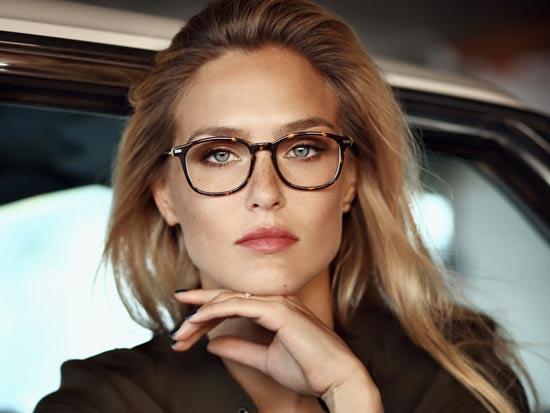 בר רפאלי  מדגמנת משקפיים של קרולינה למקה/ צילום: יחצ איל נבו
