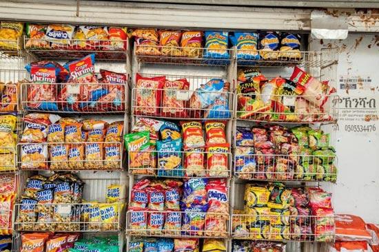נווה שאנן- מצרכים אותנטיים המוכרים למטיילים בשווקי המזרח הרחוק/צילום: מנש כהן