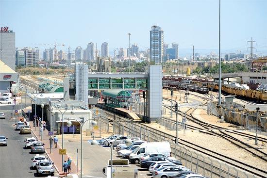 התחנה, העיר הסמוכה, ושטח הרכבת (מימין) שמפריד ביניהם / צילום: איל יצהר