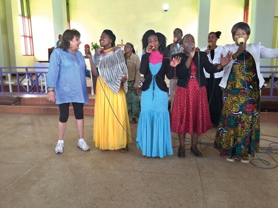 חנה לסלאו מופיעה עם נשות הקהילה / צילום: סיון אסקיו