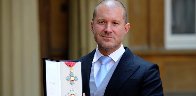 אייב מקבל תואר אבירות מהמלכה במאי 2012 / צילום: רויטרס - רבקה נאדן