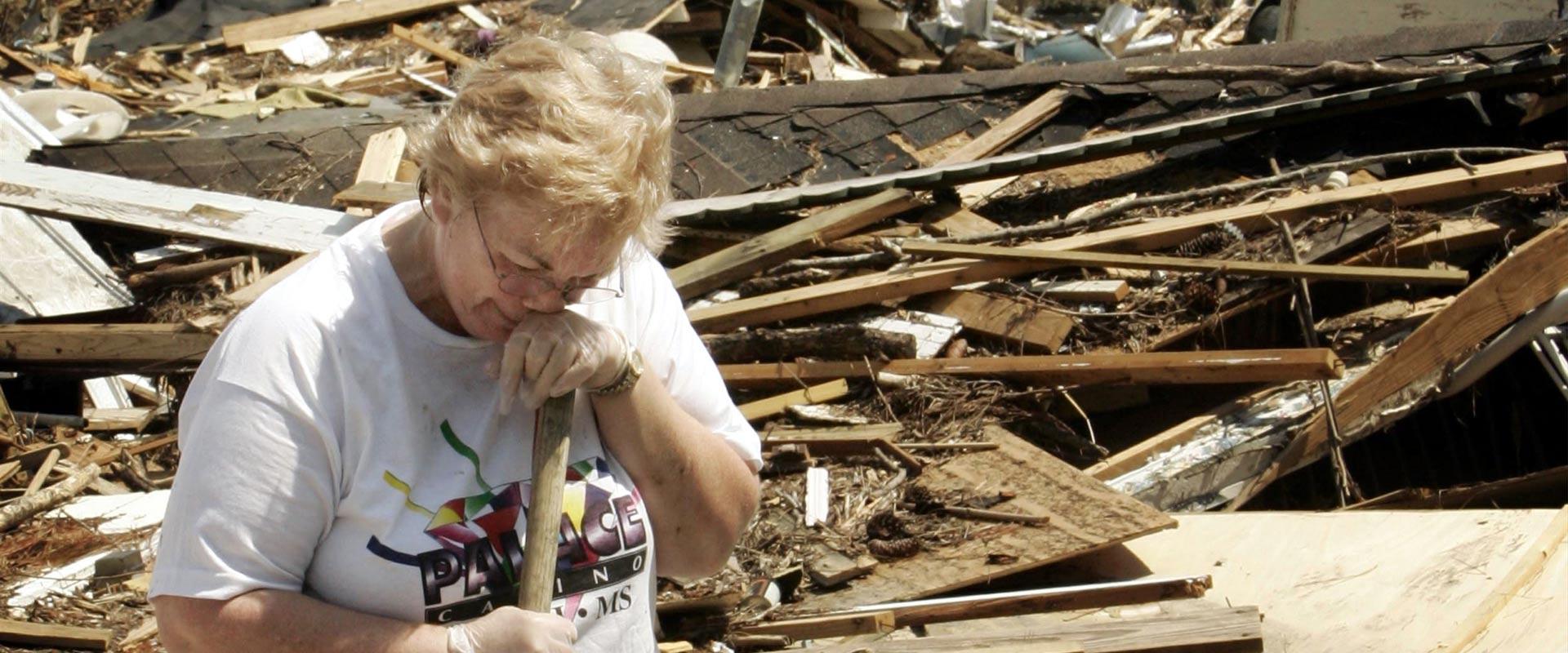 אישה בוכה על הרס ביתה אחרי הוריקן קתרינה / צילום: רויטרס