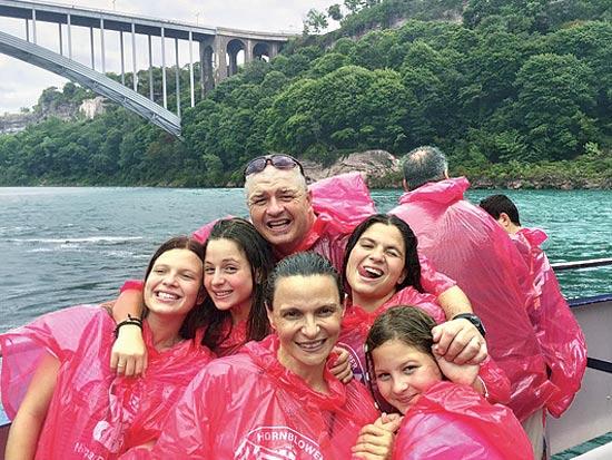 אורלי, אייל, דנה, יעל שירה ומיה הירדני במפלי הניאגרה / צילום: משפחת הירדני