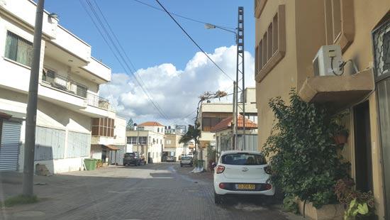 מדרכות בכביש הראשי בטירה / צילום: גיא ורדי