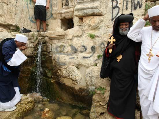 עולים לרגל במעיין עין יעל  ליד ירושלים  / צילום: רויטרס