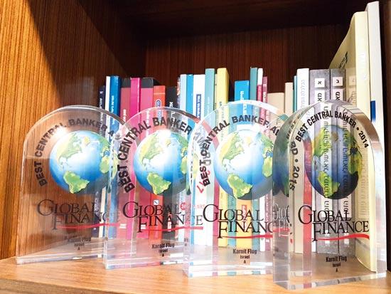 """הפרסים שניתנו לפלוג מטעם המגזין  """"גלובל פייננס"""" היוקרתי  / צילום: עמירם ברקת"""