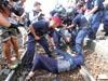 שוטרים הונגרים עוצרים מהגרים / צילום: רויטרס