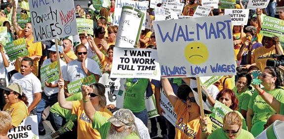 עובדים מפגינים מול סניף וול מארט / צילום: רויטרס