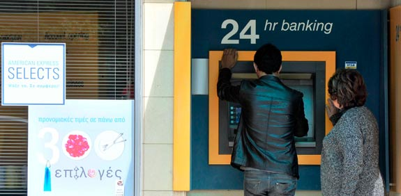 תור לכספומט בקפריסין / צילום: רויטרס