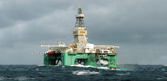 קידוח נפט בים סוער / צילום: רויטרס