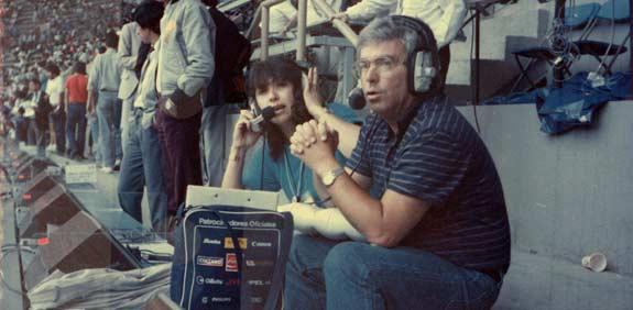 יורם ארבל עם עוזרת הפקה, מונדיאל 86 / צלם: יואש אלרואי, הארכיון הפרטי - כל הזכויות שמורות