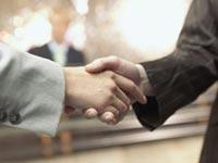 עסקה עסקאות ידיים יד לחיצת יד לחיצת ידיים חתימת חוזה / צלם: ויז'ואל