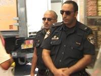 שוטרים בפשיטה של רשות המיסים / צילום: וידאו