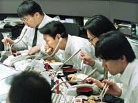 סוחרים יפנים בבורסת טוקיו / צילום: רויטרס