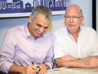 משה כחלון וראש עיריית רמלה יואל לביא / צילום: לינור לוי