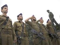 חיילים וקצינים ביום הזיכרון / צילום: רויטרס