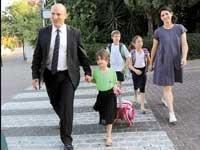שר החינוך נפתלי בנט מלווה את ביתו אביגיל לכיתה א' / צילום: ששון תירם