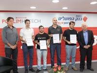 יאיר סרוסי, מייסדי 4 החברות הזוכות וחגי גולן / צילום: אלון רון