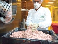 עובד בפס ייצור של טבע במפעל החברה בירושלים / צילום: בלומברג