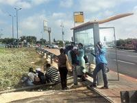 תחנת אוטובוס בראשון לציון מערב. אין צל / צילום: מירב מורן