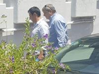 יורם באומן ועדי כהן יוצאים ממשרדי קשת/ צילום: ענת ביין