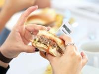 """המבורגר המעבדה ה""""מדמם"""" של חברת Impossible foods / צילום: רויטרס"""