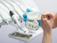 יש לברר אם הרופא עבר הכשרה להשתלת שיניים/ צילום:Shutterstock/ א.ס.א.פ קרייטיב