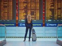 נוסעת בוחנת לוח טיסות בשדה התעופה / צילום אילוסטרציה: שאטרסטוק, א.ס.א.פ קריאייטיב