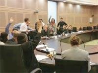 מצביעים בוועדת הכספים / צילום: עמירם ברקת