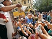 מצרים קונים סוכר מסובסד ממשאית ששלחה הממשלה בעקבות מחסור /  צילומים: רויטרס
