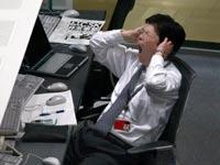 עובד יפני בסוף יום עבודה. המחויבות לעבודה הייתה פעם מוסכמה בלתי מעורערת / צילום: רויטרס, Issei Kato