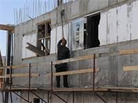 עובד באתר בנייה ללא ציוד מגן וכלים מאולתרים / צילום: איל יצהר