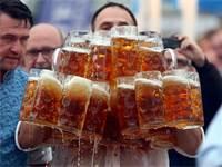 תחרות נשיאת בירה למרחק בגרמניה / צילום: Michael Dalder, רויטרס