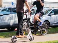 אופניים חשמליים בשדרות רוטשילד / צילום: שאטרסטוק