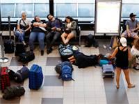 נוסעים בשדה תעופה לאחר ביטול טיסות של ריאנאייר / צילום: רויטרס