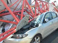 התרסקות מנוף על רכב/ צילום: עמי קאופמן