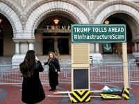 שלטי מחאה על תוכנית התשתיות של טראמפ/ צילום: Leah Millis ,  רויטרס