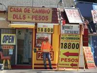 שלטי החלפת כספים במקסיקו / צילום: רויטרס, Mike Blake
