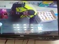 מעורר סערה ברשת: צפו בשוטר נתפס על חם גונב בחנות