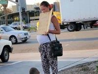 צפו בוידאו: קבצנית נתפסת על חם במרצדס חדשה