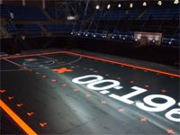 מגרש כדורסל חדש נבנה: חיישני תנועה ונורות לד ברצפה