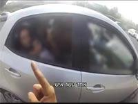 לא ייאמן: צפו בשוטר עוצר בכביש 4 מאזדה ובה 12 אנשים