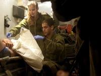 """תיעוד נדיר: צה""""ל מעניק טיפול רפואי למורדים סוריים"""