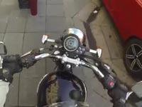 """""""המענישה"""": כך נוקמת רוכבת אופנוע בנהגים על הכביש"""