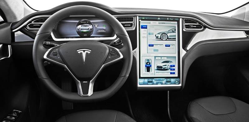 """טסלה מציגה: כך ניתן לשלוט מרחוק ברכב ע""""י הסמארטפון"""
