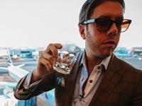 האיש שדופק את חברות התעופה/ צילום: מתוך יוטיוב