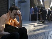 כך נראית מדינה על סף תהום: צפו בהיסטריה ברחובות יוון