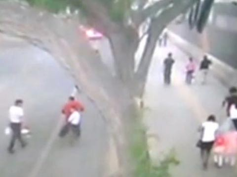קיר נופל על הולכי רגל בסין / צילום: וידאו