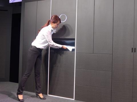 מכונה לקיפול כביסה Laundroid/ צילום: מתוך הוידאו